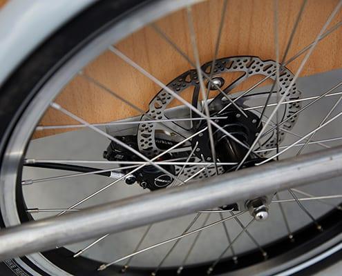 Siigar Bikes elektriske ladcykel er bygget med hydrauliske skivebremser og solide hjul der tåler store belastninger. Der er lagt vægt på sikkerhed og kvalitet. Forhjul er beskyttet af solid kofanger.