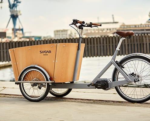 1. Siigar Bikes elektriske ladcykel med stel af rustfrit stål og med kasse af træ udført i maritim kvalitet. Der er lagt vægt på kvalitet i både udformning og komponentvalg. Cyklen leveres med Shimano STEPS motor med automatisk gearskift. i det indvendige baghjulsgear.